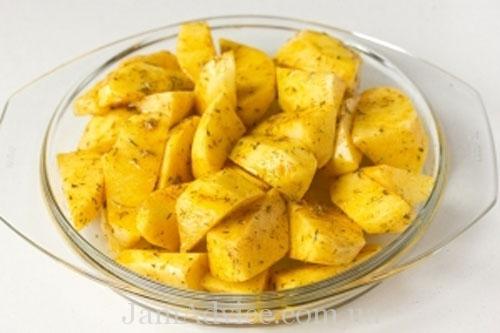 Как приготовить вкусный гарнир. Поместите картофель в микроволновку