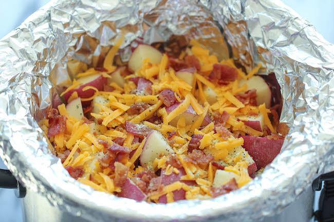 Картофель по-деревенски запеченный с беконом. Сложите ингредиенты в форму на фольгу