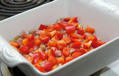 Французский завтрак или как приготовить омлет с ветчиной. Порежьте перец и положите поверх лука и ветчины