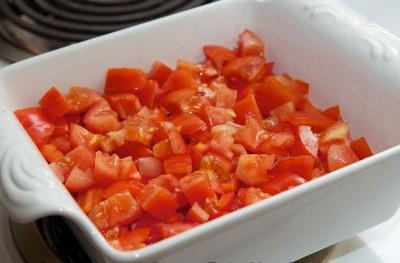 Французский завтрак или как приготовить омлет с ветчиной. Порежьте помидоры и уложите слоем поверх перца