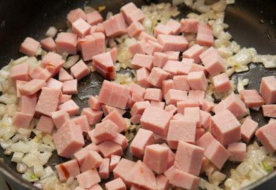 Французский завтрак или как приготовить омлет с ветчиной. Добавьте ветчину к луку