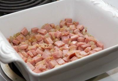 Французский завтрак или как приготовить омлет с ветчиной. Переложите лук и ветчину в форму для запекания
