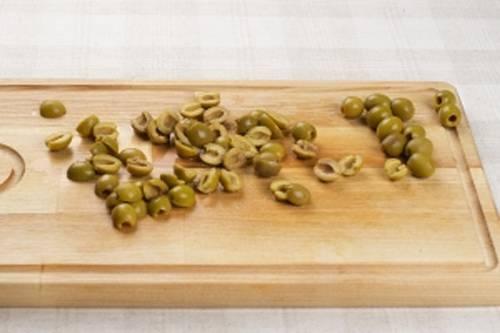 Разрежьте оливки пополам. Как приготовить гречсекий салат