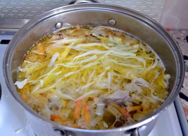 Отправьте нарезанную капусту в кастрюлю
