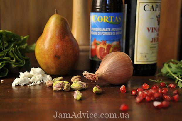 Салат из груши, козьего сыра с рукколой под гранатовым соусом
