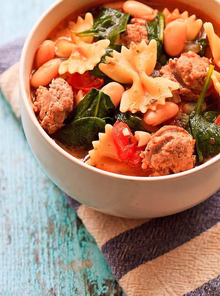 Сытный итальянский зимний суп с колбасой