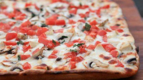 Рецепт пиццы с курицей в сливочно-чесночном соусе