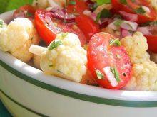 Свежий и хрустящий салат из цветной капусты с помидорами
