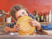Простые способы научить ребенка помогать по дому