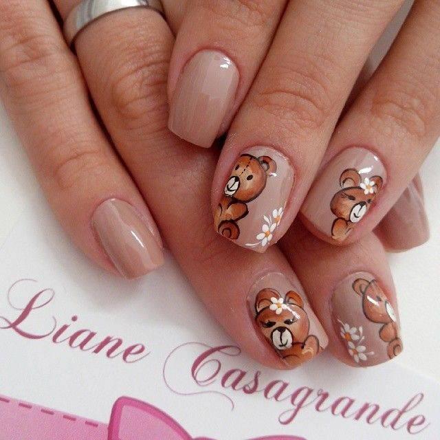 Коричневый маникюр с мишками на ногтях