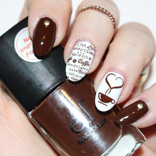 Рисунки кофе на ногтях в коричневом маникюре