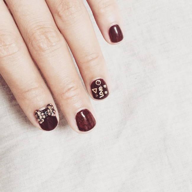 Модный коричневый маникюр на очень короткие ногти