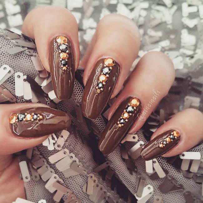 Шоколадный маникюр со стразами на длинные ногти