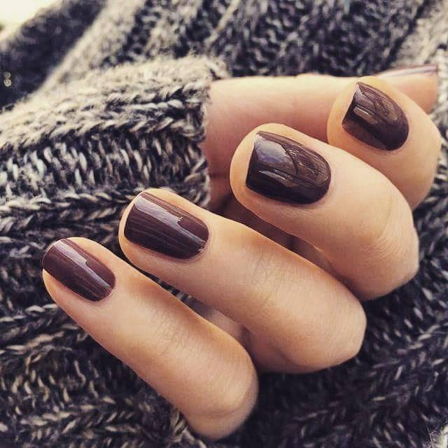 Однотонный коричневый маникюр на короткие ногти