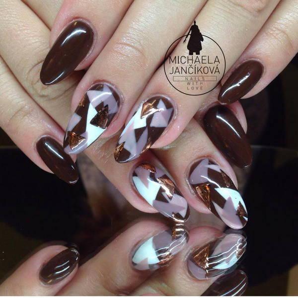 Геометрические рисунки на длинных ногтях в коричневом цвете