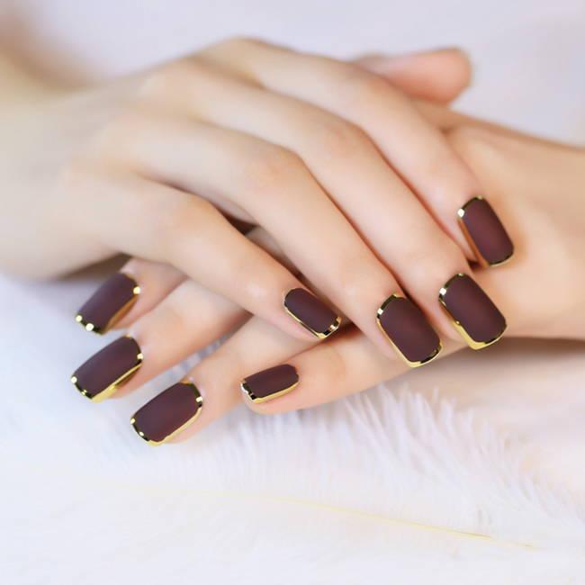 Матовый коричневый маникюр