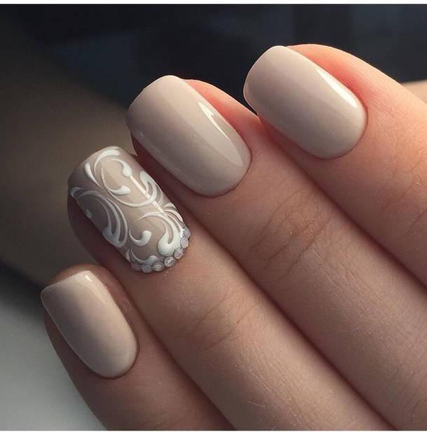 Белый дизайн ногтей в бежевом маникюре