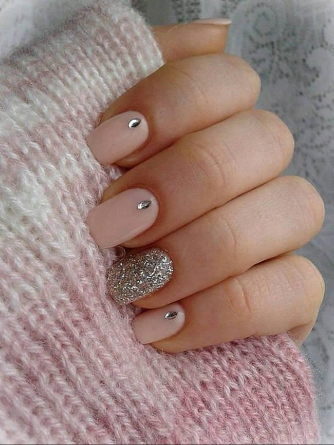 Дизайн ногтей в бежевом цвете с блестками