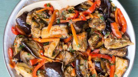 Вкусный салат из баклажанов и овощей