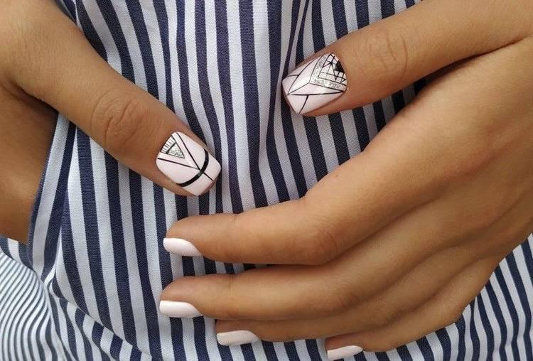 Геометрический черно-белый маникюр