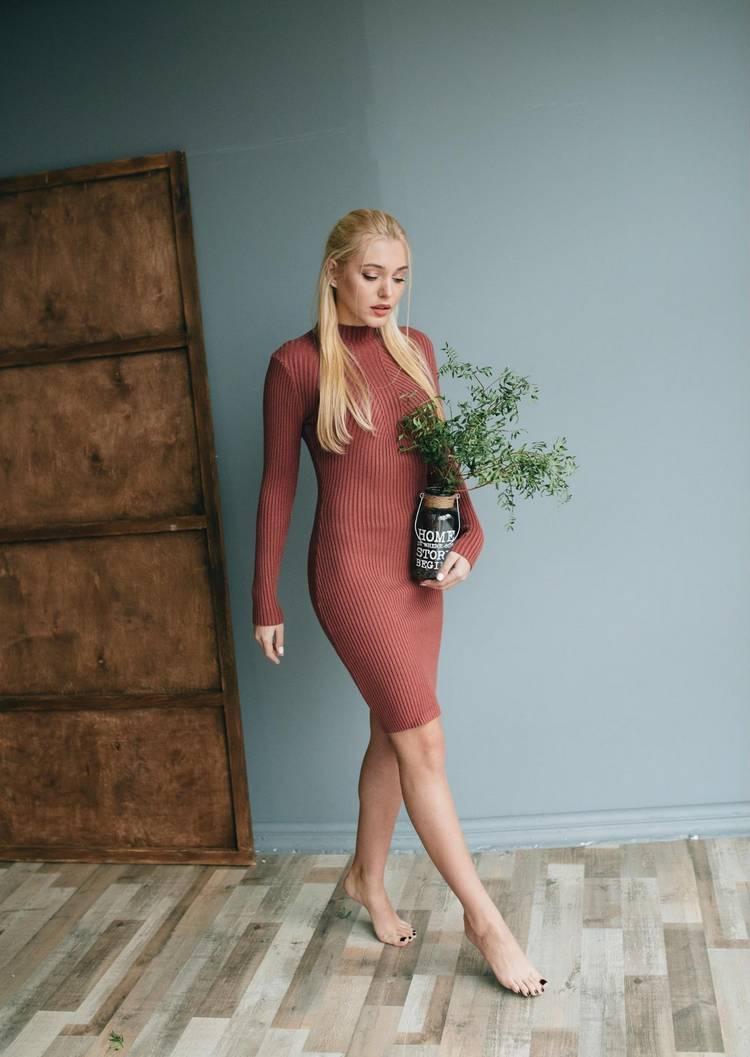 С чем сочетать платье зимой: стилист поделилась советами