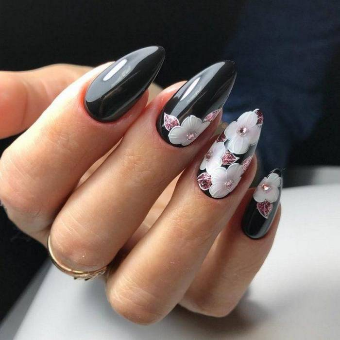 Черный маникюр с цветами на ногтях