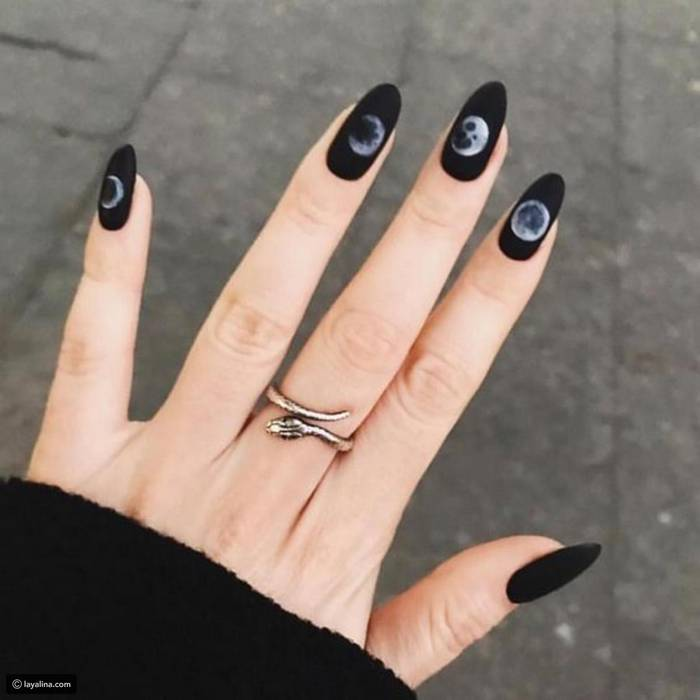 Черный маникюр с рисунками на ногтях