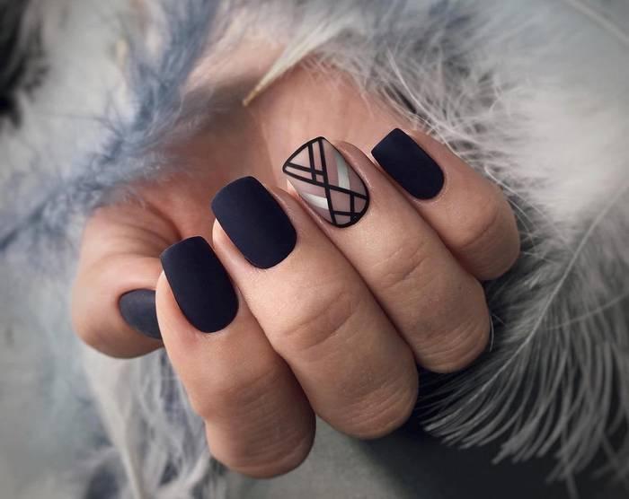 Черный геометрический дизайн ногтей