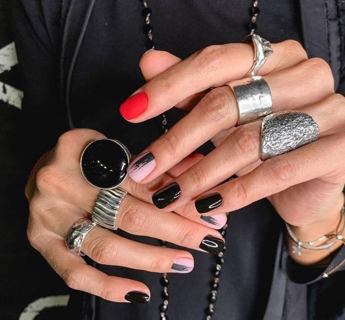 Черный дизайн на короткие ногти