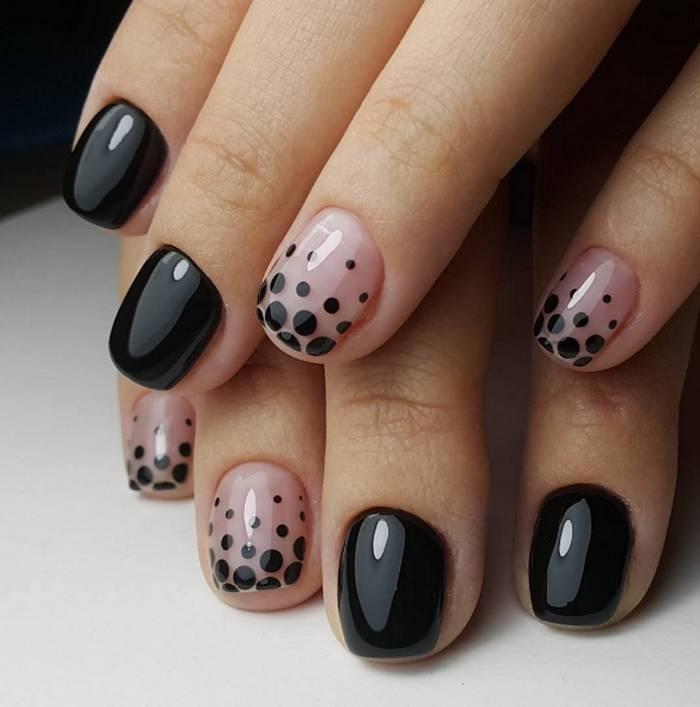 Черный дизайн на короткие ногти с горошками