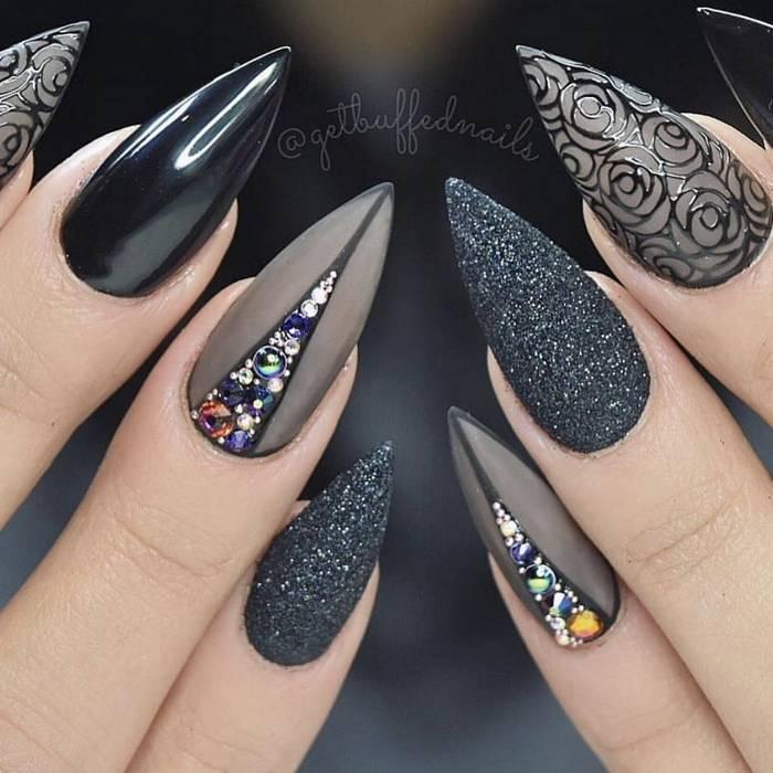 Черный дизайн ногтей с блестками и стразами