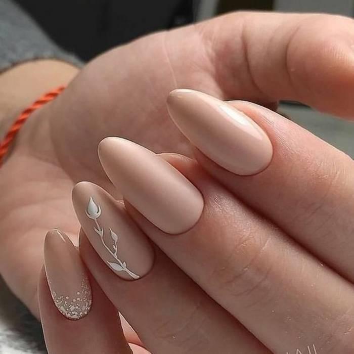 Красивые рисунки на нюдовых ногтях