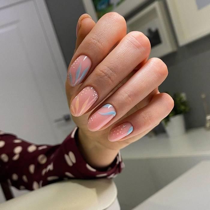 Модный нюдовый дизайн ногтей