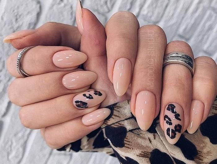Красивый нюд маникюр с рисунками на ногтях