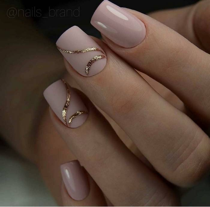 Стильные нюдовые ногти с золотом