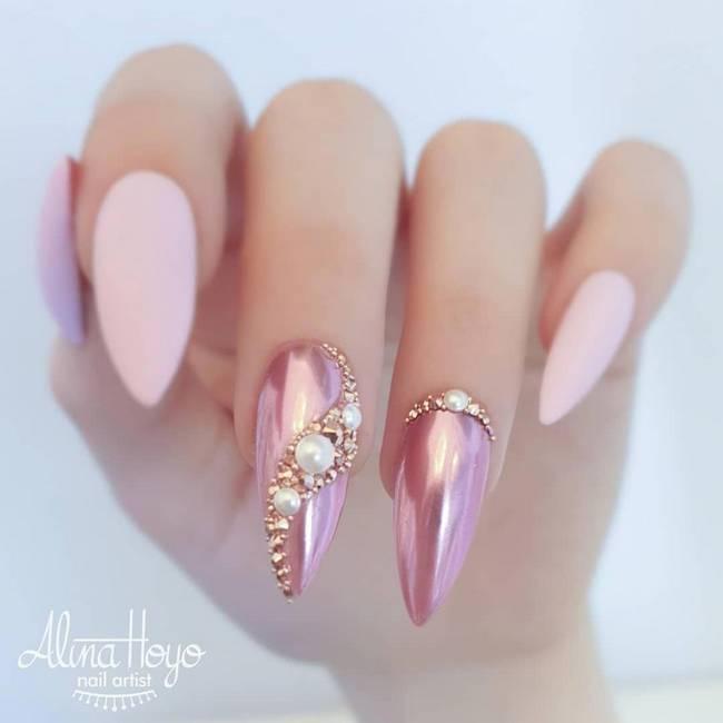 Розовый дизайн ногтей со стразами