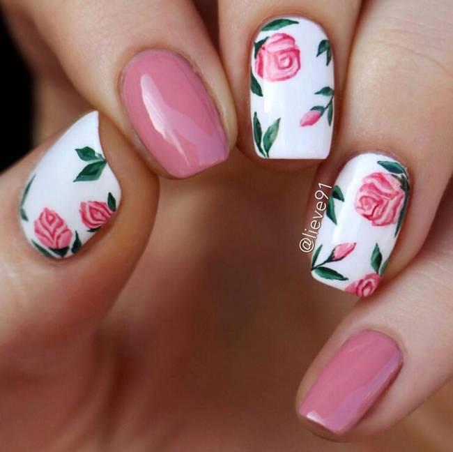 Маникюр с цветами в розовых тонах