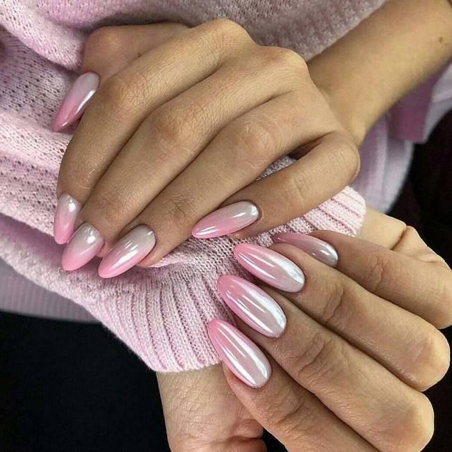 Перламутровые розовые ногти