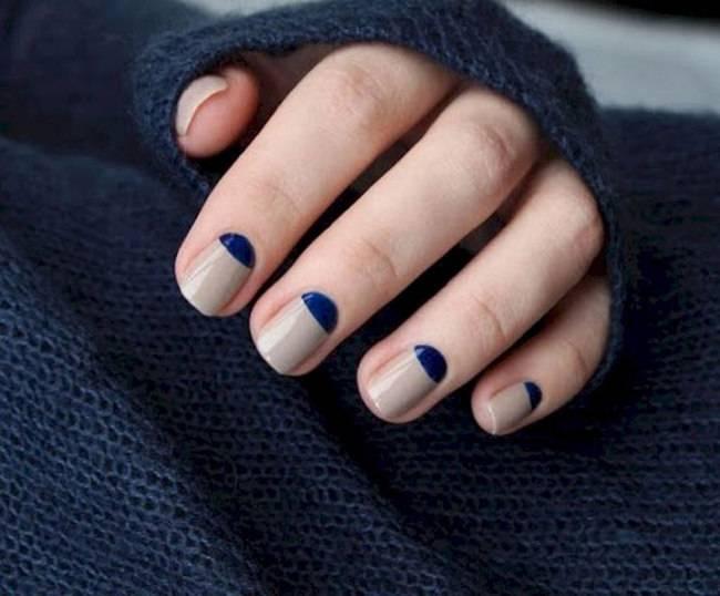 Бежевый маникюр с синим