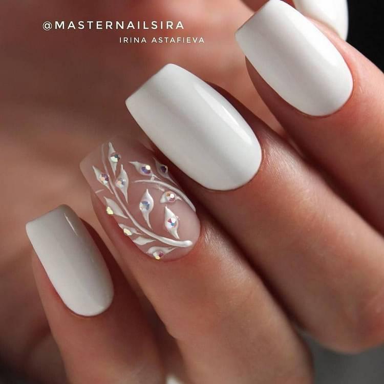 Нежный белый дизайн ногтей