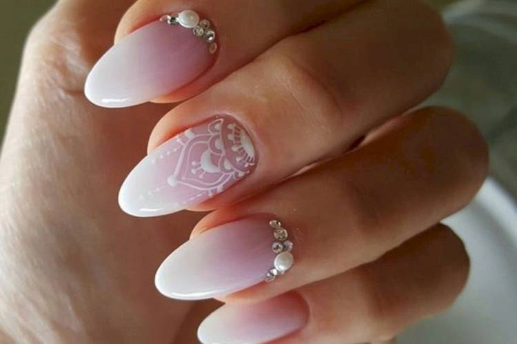 Омбре дизайн белых ногтей