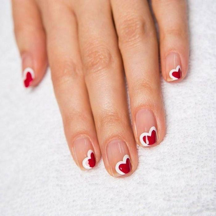 Праздничный маникюр на короткие ногти