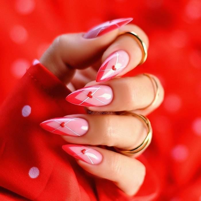 Яркие ногти с сердечками