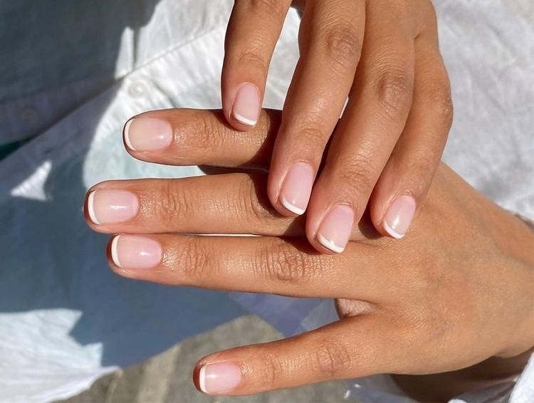 Белый маникюр френч на короткие ногти