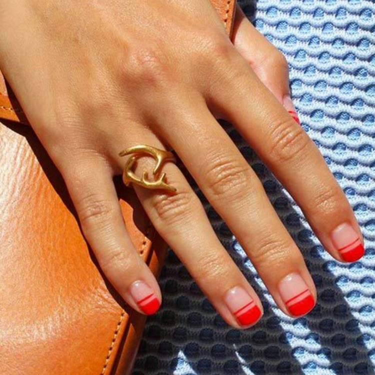 Красный маникюр френч на короткие ногти